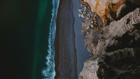 Vista superior, zangão que voam diretamente acima dos penhascos brancos famosos na costa de mar de Normandy, ondas calmas dos azu vídeos de arquivo