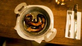 A vista superior zumbe dentro na placa gourmet com polvo fritado vídeos de arquivo