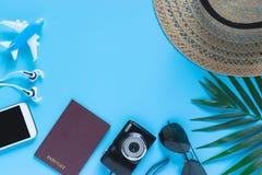 Vista superiore, accessori piani dell'oggetto di disposizione del viaggio o concetto di vacanze estive con spazio su fondo blu fotografia stock