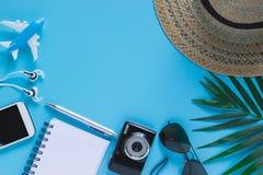 Vista superiore, accessori piani dell'oggetto di disposizione del viaggio o concetto di vacanze estive con spazio su fondo blu fotografia stock libera da diritti