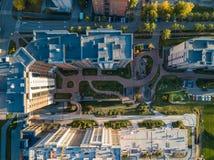 Vista superiore aerea al cortile circondato dalle case alte con fotografia stock libera da diritti