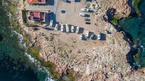 Vista superiore aerea dei campeggiatori del caravan sul costo del mare al giorno soleggiato, Torrevieja, Spagna 5 fotografie stock