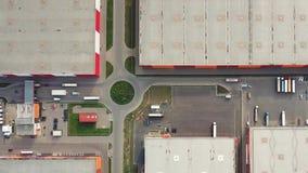 Vista superiore aerea del magazzino di logistica con i camion stock footage