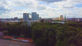 Vista superiore aerea del parco di divertimenti per i bambini un giorno di estate Ruota panoramica nel Central Park della città a immagine stock libera da diritti