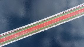 Vista superiore aerea del pedone e del vicolo della pista ciclabile sul ponte del parco nell'inverno e del fiume di Dnieper da so Immagine Stock Libera da Diritti