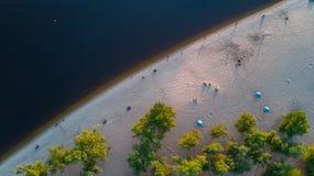 Vista superiore aerea dell'acqua e della spiaggia di fiume di Dnieper da sopra Immagini Stock Libere da Diritti