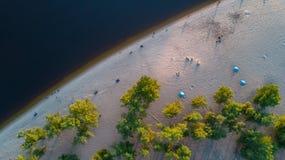 Vista superiore aerea dell'acqua e della spiaggia di fiume di Dnieper da sopra Fotografia Stock Libera da Diritti