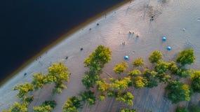 Vista superiore aerea dell'acqua e della spiaggia di fiume di Dnieper da sopra Immagine Stock