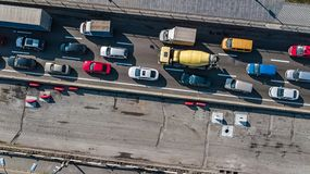 Vista superiore aerea dell'ingorgo stradale dell'automobile della strada di molte automobili da sopra, della riparazione della st Fotografie Stock Libere da Diritti