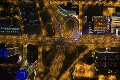 Vista superiore aerea della strada di scambio del raccordo a quadrifoglio all'ora di punta fotografia stock libera da diritti