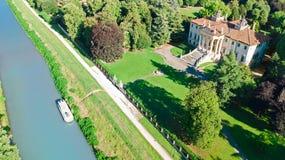 Vista superiore aerea della villa antica Giovanelli e del giardino sul canale Brenta da sopra, Padova Padova regione in Veneto, V immagine stock