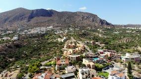 Vista superiore aerea delle costruzioni in paesino di montagna accogliente, Creta stock footage
