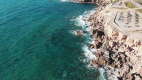 Vista superiore aerea delle onde di oceano tempestose che colpiscono riva rocciosa Fuco sparato delle onde del mare che si scontr video d archivio
