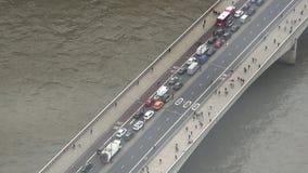 Vista superiore aerea di traffico sul ponte di Londra stock footage