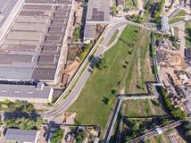 Vista superiore aerea di zona industriale della città in sviluppo fotografie stock libere da diritti