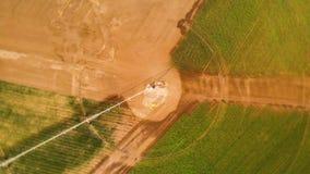 Vista superiore aerea industriale di agricoltura 4K Installazione per irrigazione dei campi rotondi con i raccolti agricoli di es archivi video