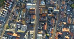 Vista superiore aerea sopra i tetti delle case nei Paesi Bassi stock footage
