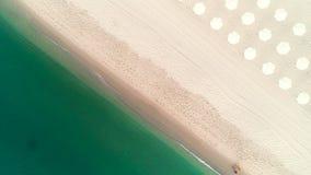 Vista superiore aerea sulla spiaggia tropicale dell'isola Ombrelli, sabbia ed onde del mare stock footage