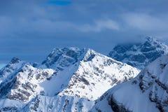 Vista superiore ai picchi di montagne caucasici coperti da neve Fotografia Stock