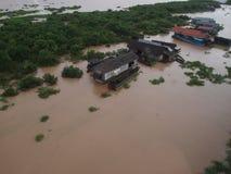 Vista superiore - al villaggio sull'acqua in Asia immagine stock