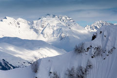 Vista superiore alle montagne nevose caucasiche Immagini Stock