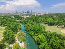 Vista superiore Austin del centro da Barton Creek Greenbelt fotografie stock