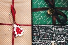 Vista superiore avvolta alla moda dei contenitori di regalo, con il pino co dell'albero degli ornamenti Immagini Stock Libere da Diritti