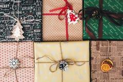Vista superiore avvolta alla moda dei contenitori di regalo, con il pino co dell'albero degli ornamenti Fotografia Stock