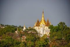 Vista superiore in bella campagna di mattina alla collina di Mandalay nel Myanmar Fotografia Stock Libera da Diritti