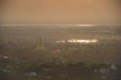 Vista superiore in bello tempio di mattina alla collina di Mandalay nel Myanmar Fotografia Stock