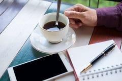 Vista superiore braccio dell'uomo d'affari, tazza di caffè con caffè, telefono cellulare Fotografia Stock Libera da Diritti