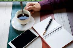 Vista superiore braccio dell'uomo d'affari, tazza di caffè con caffè, telefono cellulare Immagine Stock Libera da Diritti