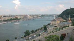 Vista superiore calma sull'ampio Danubio a Budapest nell'estate archivi video