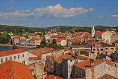 Vista superiore città storica di Porec di vecchia con il mare adriatico visibile a sinistra Fotografia Stock
