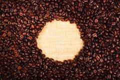 Vista superiore con lo spazio della copia, chicchi di caffè arrostiti con il fondo della tela da imballaggio Fotografie Stock