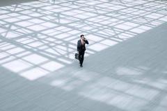 Vista superiore da lontano Uomo d'affari esecutivo con la cartella Immagini Stock Libere da Diritti