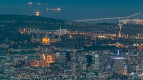 Vista superiore dal tibidabo del timelapse nazionale di Art Museum a Placa Espanya nel giorno di Barcellona alla notte, Catalogna video d archivio