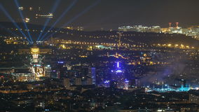 Vista superiore dal tibidabo del timelapse nazionale di Art Museum a Placa Espanya nel giorno di Barcellona alla notte, Catalogna stock footage