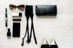 Vista superiore degli accessori di modo femminili per la donna fotografie stock