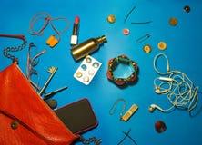 Vista superiore degli accessori e del telefono femminili su un fondo giallo Fotografie Stock