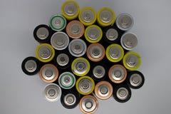 Vista superiore degli accumulatori alcalini utilizzati Primo piano di vecchie batterie AA pronte per il riciclaggio, batterie var fotografia stock libera da diritti
