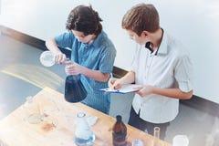 Vista superiore degli allievi che eseguono esperimento nel laboratorio della scuola Fotografie Stock