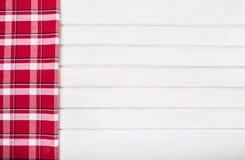 Vista superiore degli asciugamani di cucina a quadretti sulla tavola di legno Fotografie Stock Libere da Diritti