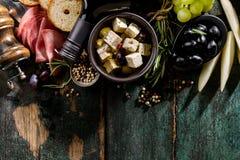 Vista superiore degli ingredienti alimentari Mediterranei greci italiani saporiti sul G immagine stock libera da diritti