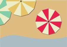 Vista superiore degli ombrelli di spiaggia variopinti sulla spiaggia Immagine Stock Libera da Diritti