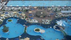 Vista superiore degli stagni con la gente di nuoto e dell'acqua blu stock footage