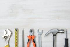 Vista superiore degli strumenti e degli strumenti della costruzione sul banco da lavoro di legno di DIY con spazio aperto Fotografia Stock