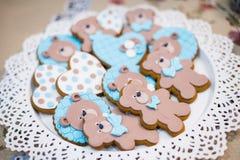 Vista superiore dei biscotti svegli degli orsi su un piatto Fotografie Stock Libere da Diritti
