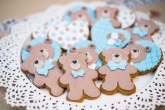 Vista superiore dei biscotti svegli degli orsi su un piatto Fotografia Stock Libera da Diritti