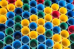 Vista superiore dei colori primari delle tazze di colore della miscela per la pittura dell'artista Immagini Stock Libere da Diritti